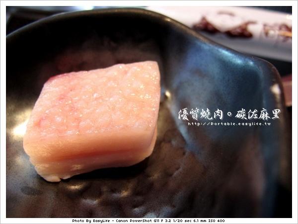 碳佐麻里燒肉。日本料理。沾烤網用的肥豬