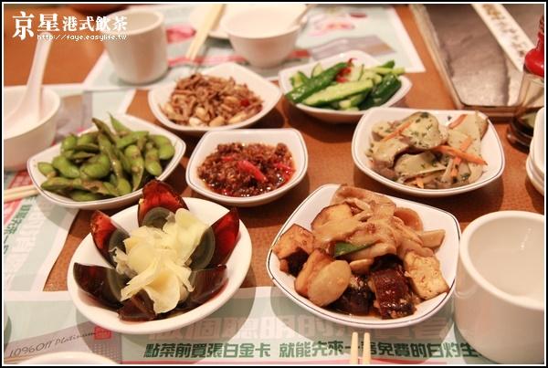 台北【京星港式飲茶】。桌上小菜