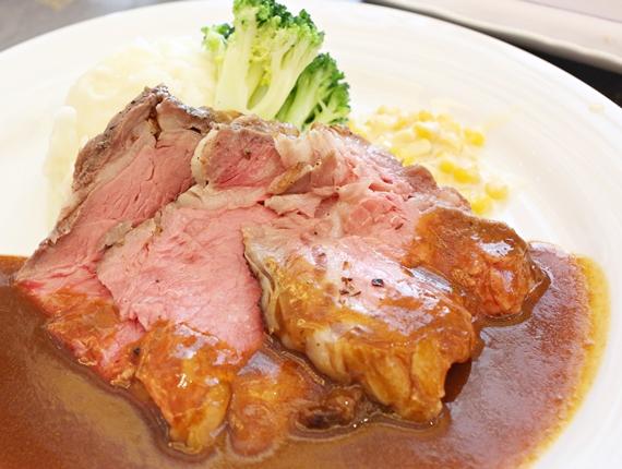 台南仁德【信息咖啡】。爐烤安格斯肋眼牛排鮮嫩美味,在奇美博物館享受氣派又優雅的宮廷午宴!