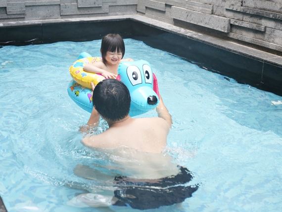 雲林虎尾【風華渡假飯店】。Villa式摩鐵,長長的泳池、大大的浴池,夏天玩水不用曬太陽!好適合帶小孩渡假去!