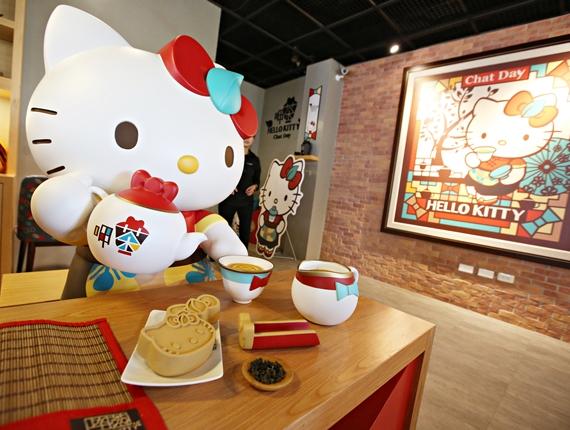 台南【Hello Kitty呷茶Chat Day】。Hello Kitty台式茶餐廳,老台南新玩味,正版凱蒂貓可愛滿點,陪人客泡茶囉!